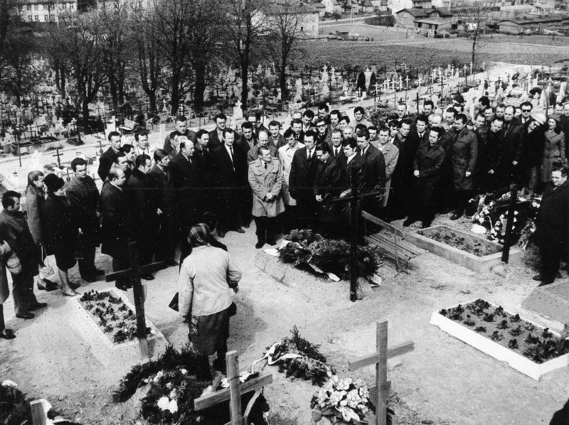 Stoczniowcy nad grobami zabitych kolegów, 29.04.1971r.