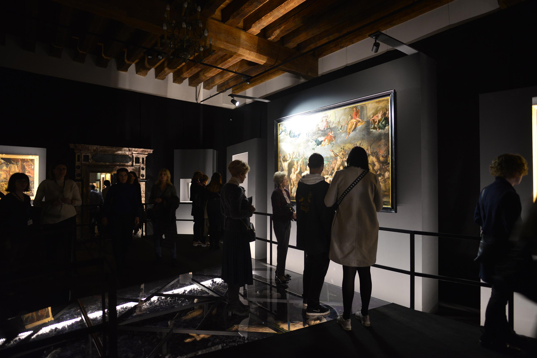 zdjęcie zwiedzających wystawę