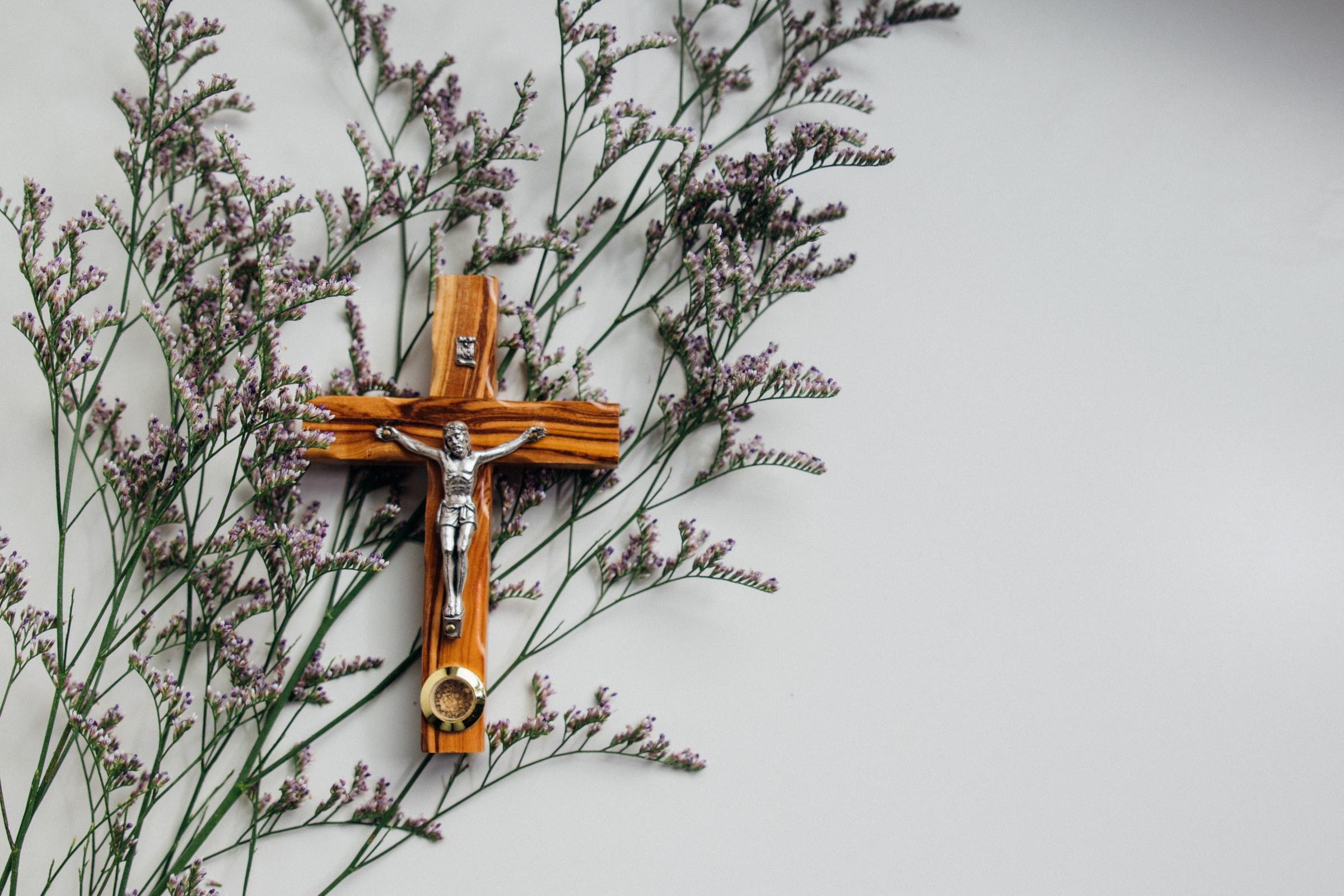 Krzyż z Jezusem na ścianie