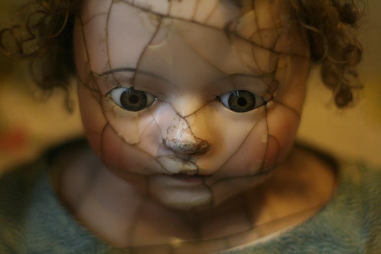 Porcelanowa laleczka z popękaną twarzą