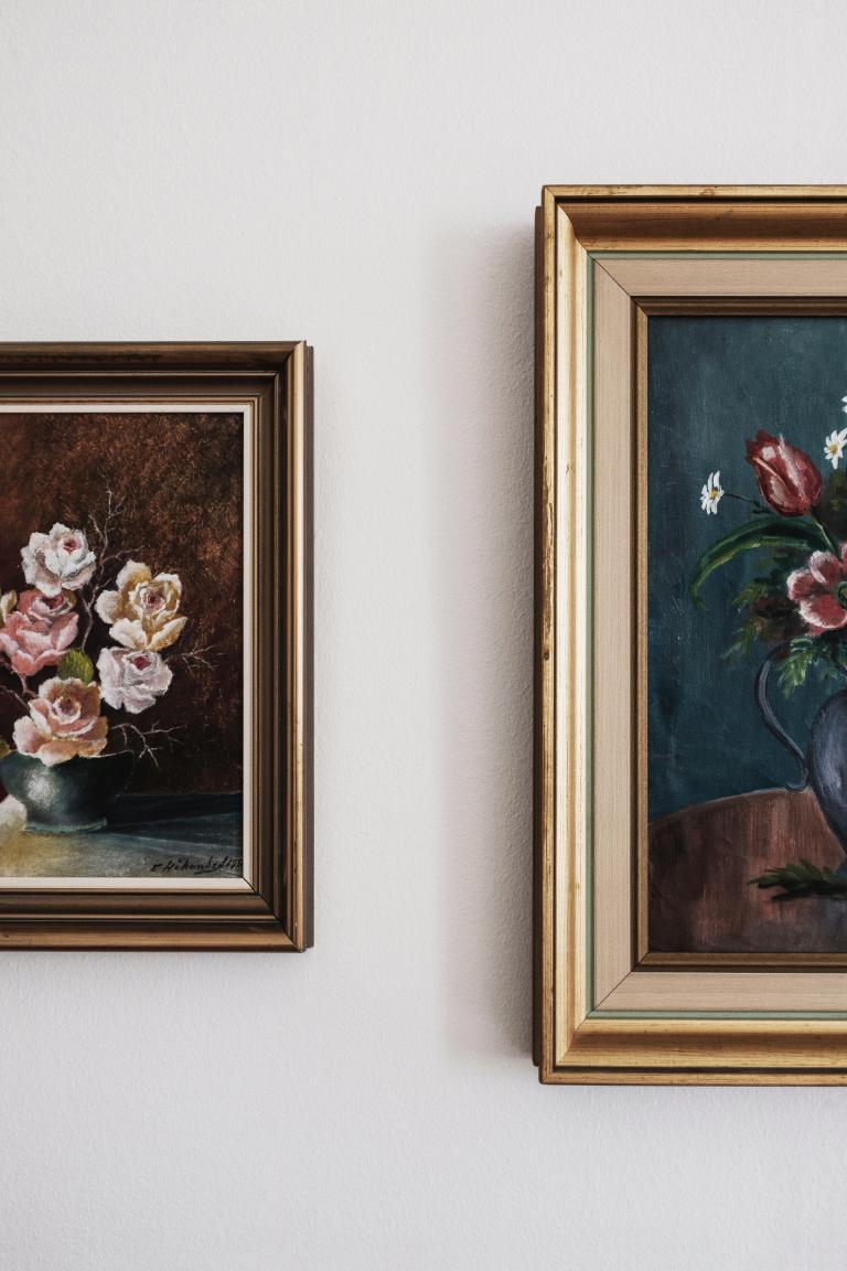 Dwa obrazy wiszące na ścianie