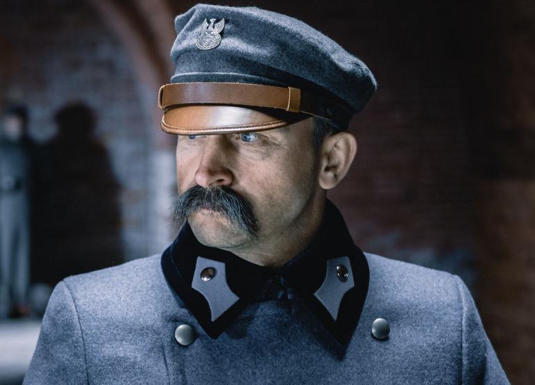 Portret Marszałka Piłsudskiego granego w filmie przez Borysa Szyca