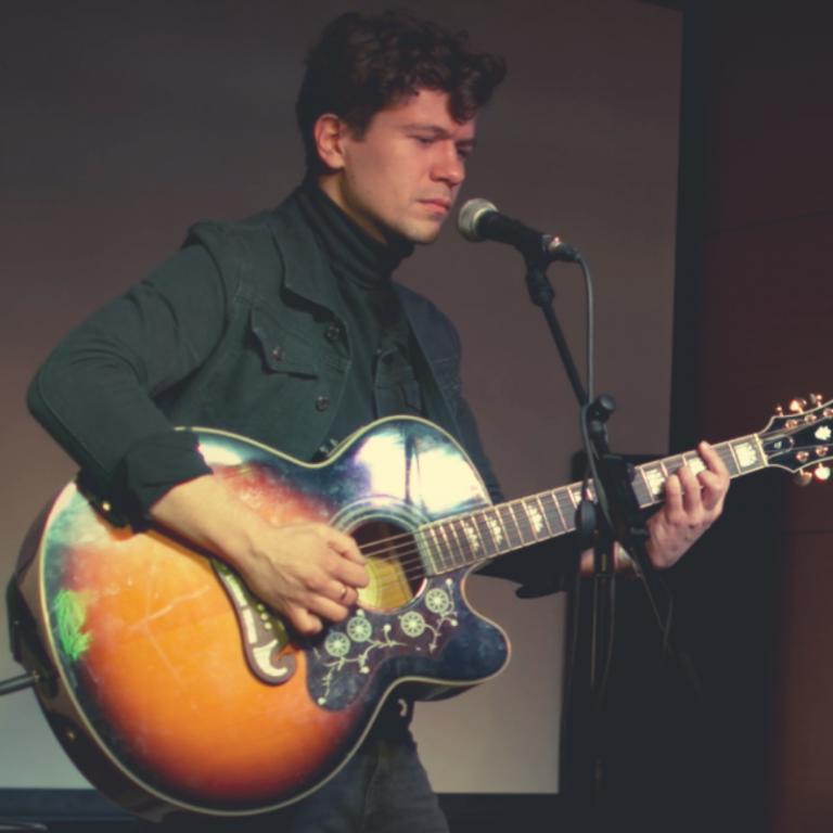 Zdjęcie artysty z gitarą