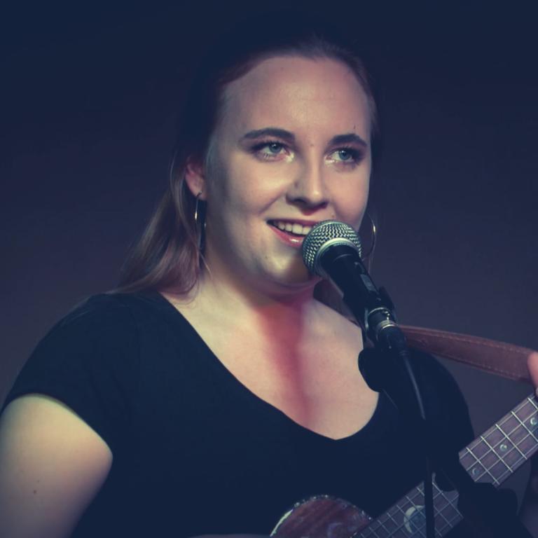 Kobieta śpiewająca do mikrofonu