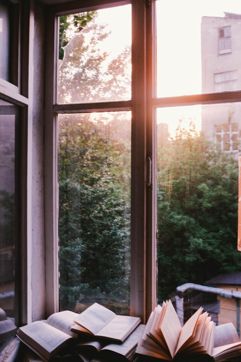 Książki leżące przy oknie