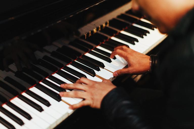pianista przy fortepianie