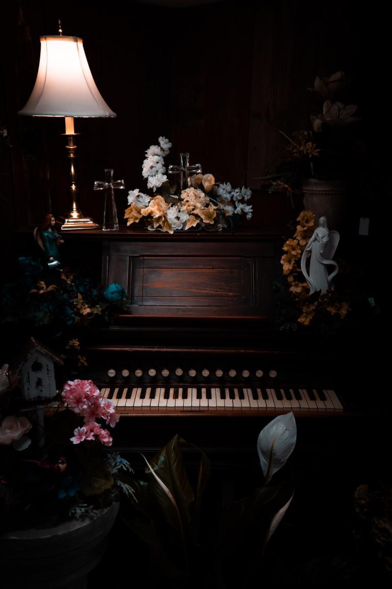Pianino obłożone różowymi kwiatami