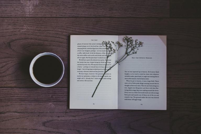 Otwarta książka i kawa
