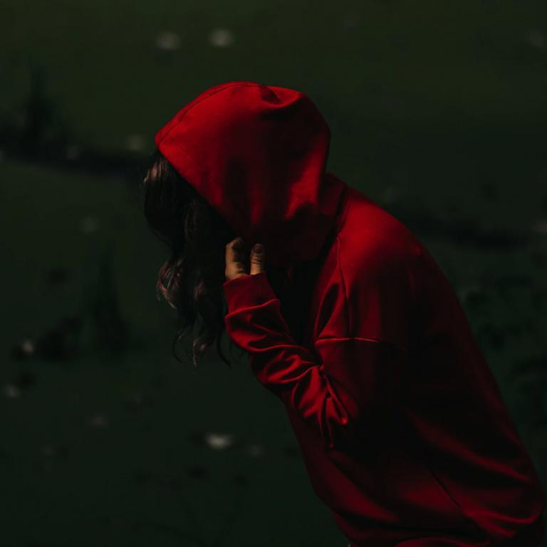 Kobieta w czerwonej bluzie