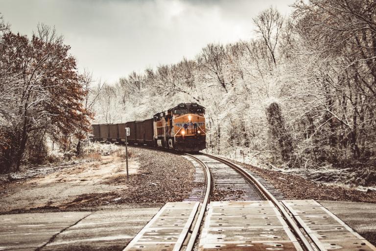 Pociąg nadjeżdżający w scenerii zimowej