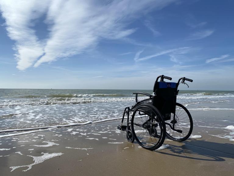Wózek inwalidzki nad brzegiem morza